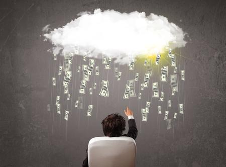 hombre cayendo: Hombre de negocios en traje mirando a la nube con la ca�da de dinero y el sol Foto de archivo