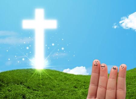 familia cristiana: Smiley dedo Caras felices en la mano con la religi�n cristiana cruz
