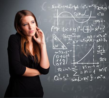 signos matematicos: Hermosa joven de la escuela piensa la chica acerca de los signos matemáticos complejos