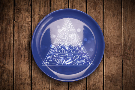piramide nutricional: Pir�mide de los alimentos Dibujado a mano sobre placa plato colorido y fondo sucio