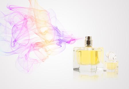 カラフルな香りのスプレーの香水瓶