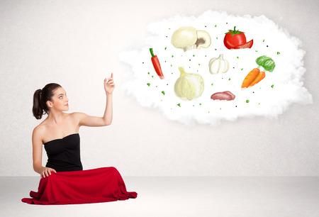 piramide nutricional: Mujer de negocios joven que presenta la nube con verduras nutritivos alimentos