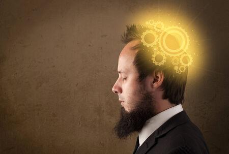 thinking machine: Persona joven que piensa con una ilustraci�n de la cabeza de la m�quina brillante