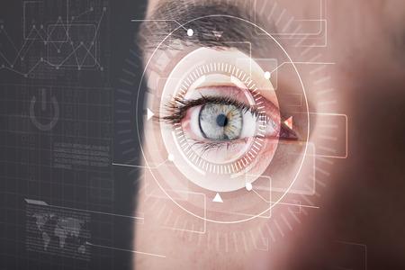 Moderne cyber man met technolgy ogen kijken Stockfoto