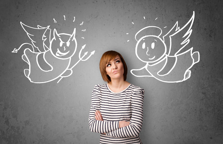 Jeune femme debout entre l'ange et les dessins de diable