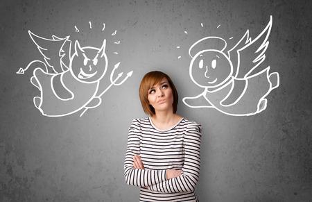Jonge vrouw staande tussen de engel en de duivel tekeningen Stockfoto - 28154399