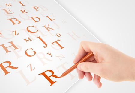 testament schreiben: Menschlichen Hand schreiben verschiedene Buchstaben auf wei�em Normalpapier