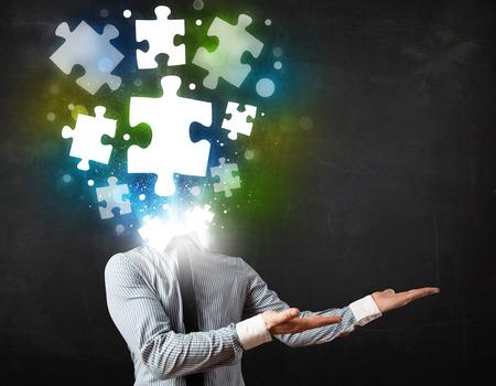 persona confundida: Carácter en juego con el brillante concepto de cabeza de puzzle Foto de archivo