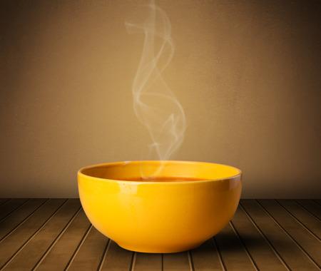 Verse heerlijke huisgemaakte soep met stoom op houten dek