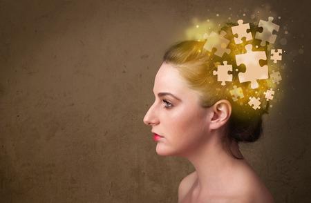 persona pensando: Persona joven que piensa con la mente rompecabezas brillante en fondo sucio