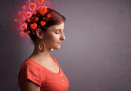 persona pensando: Persona joven que piensa en el amor con corazones rojos brillantes
