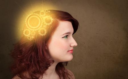 thinking machine: Chica inteligente pensando con una ilustraci�n de la cabeza de la m�quina brillante