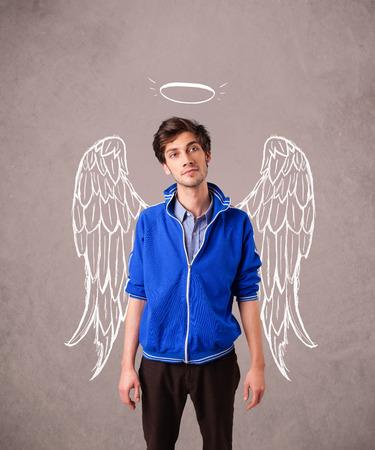 angeles bebe: Hombre joven con ángel ilustra alas en fondo sucio