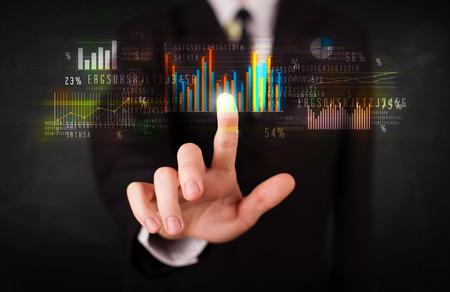 Bedrijfs persoon raken kleurrijke grafieken en diagrammen