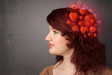 persona pensando: Persona joven que piensa en amor con brillantes corazones rojos