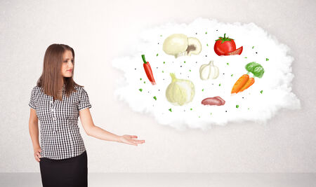piramide nutricional: Chica joven que presenta la nube nutricional con verduras concepto