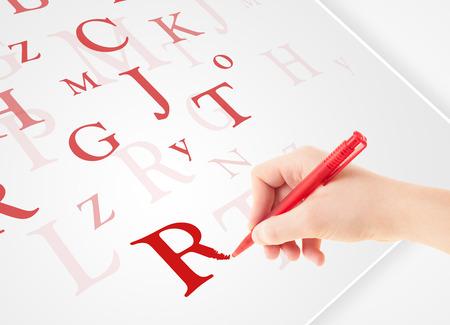 testament schreiben: Human Hand schriftlich verschiedenen Buchstaben auf wei�em Normalpapier