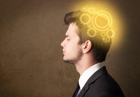 thinking machine: Persona joven que piensa con una cabeza brillante ilustraci�n m�quina