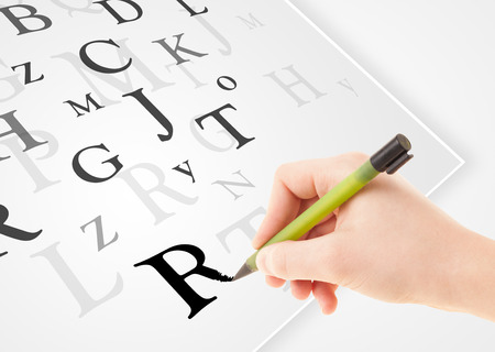 testament schreiben: Human hand writing various letters on white plain paper