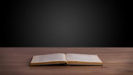 graduacion de universidad: Libro abierto en la cubierta de madera y espacio de la copia