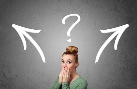 toma de decisiones: Bastante joven de tomar una decisión con flechas y signo de interrogación sobre su cabeza