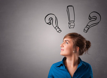 punto di domanda: Bella giovane donna pensare con punti interrogativi in ??testa