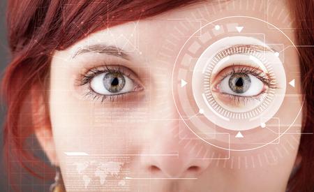 reconocimiento: Ciber Chica moderna con ojo Technolgy buscando