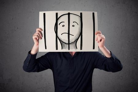 cellule prison: Homme d'affaires tenant un papier avec un prisonnier en prison derrière les barreaux sur le devant de la tête