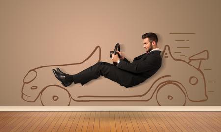 Gelukkig man rijden in een hand getekende auto op de muur begrip