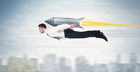 voiture de pompiers: Homme d'affaires super-héros volant avec jet pack fusée au-dessus du concept de ville Banque d'images