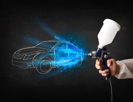 body paint: Trabajador con la mano la pintura de aer�grafo pistola dibuja l�neas del coche blanco