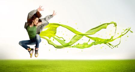 jolie fille: Jolie fille sauter vert abstraite robe de liquide concept dans la nature