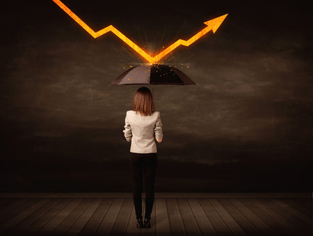 gestion empresarial: Empresaria que se coloca con el paraguas de mantenimiento naranja concepto flecha en el fondo Foto de archivo