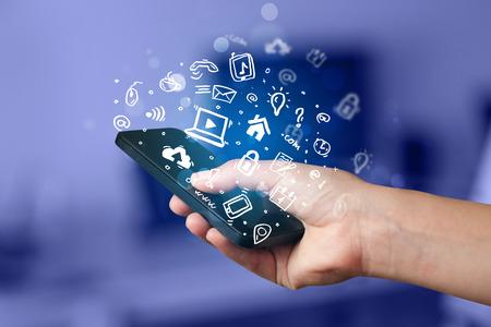 Hand holding smartphone met media iconen en symbool collectie