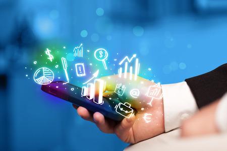 Smartphone avec des icônes et des symboles financement et de marché notion