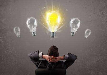 Business persoon die een lumineus idee gloeilamp begrip Stockfoto