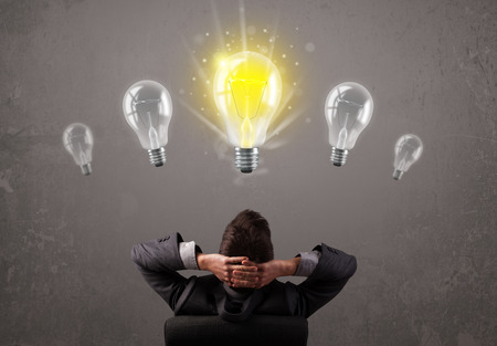 Geschäftsperson, die eine helle Idee Glühbirne Konzept Standard-Bild - 34314536