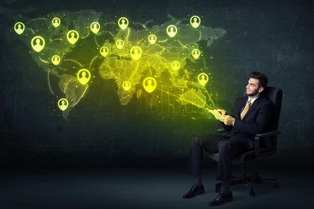 Uomo d'affari in ufficio con tablet e social network mappa del mondo Concetto su sfondo Archivio Fotografico