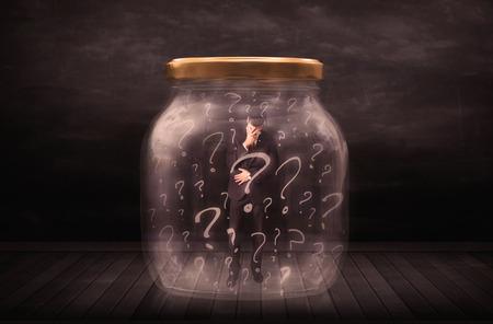 suffocating: Uomo d'affari bloccato in un vaso con punti interrogativi concetto su sfondo