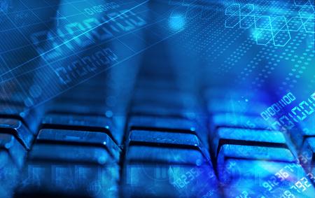 tecnolog�a informatica: Teclado de ordenador con c�digos brillantes, concepto de programaci�n