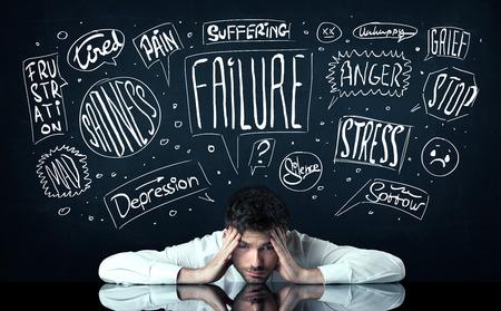 depresi�n: Joven hombre de negocios deprimido sentado bajo problemas dibujado blanco pens� cajas