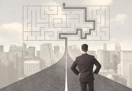 pensamiento estrategico: Empresario busca en carretera con laberinto y concepto de la soluci�n