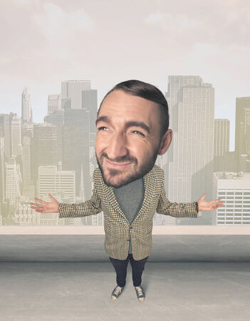 grosse tete: Funny guy with big head, cityscape