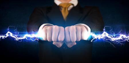 Geschäftsmann, der Strom Licht Schraube in seiner Hand Konzept Standard-Bild - 35315040