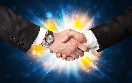 successes: Due uomini d'affari si stringono la mano con un accordo di successi con l'esplosione
