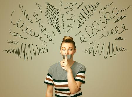 guardar silencio: Mujer joven con la boca pegada y l�neas rizado alrededor de su cabeza