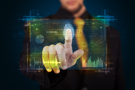 Zakenman op de moderne technologie paneel met vingerafdrukscanner Stockfoto