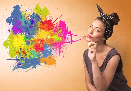 Linda chica soplando burbujas spalsh pintada en la pared