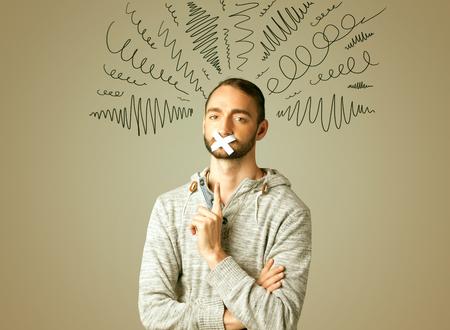 Hombre joven con la boca pegada y líneas rizado alrededor de su cabeza