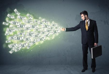 flujo: Persona de negocios que lanza un montón de billetes de dólar concepto en el fondo Foto de archivo